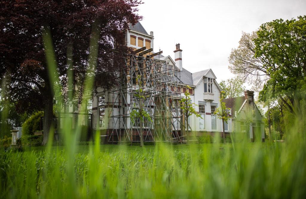 Een beschadigd huis in de stijgers vanwege de gasboringen in Groningen