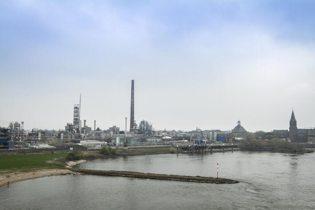 Uitzicht op de Waal in Nijmegen vanaf het viaduct