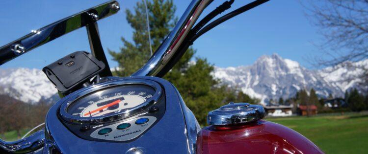 Een foto genomen van een klassieke motor met uitzicht over de Alpen van Tirol