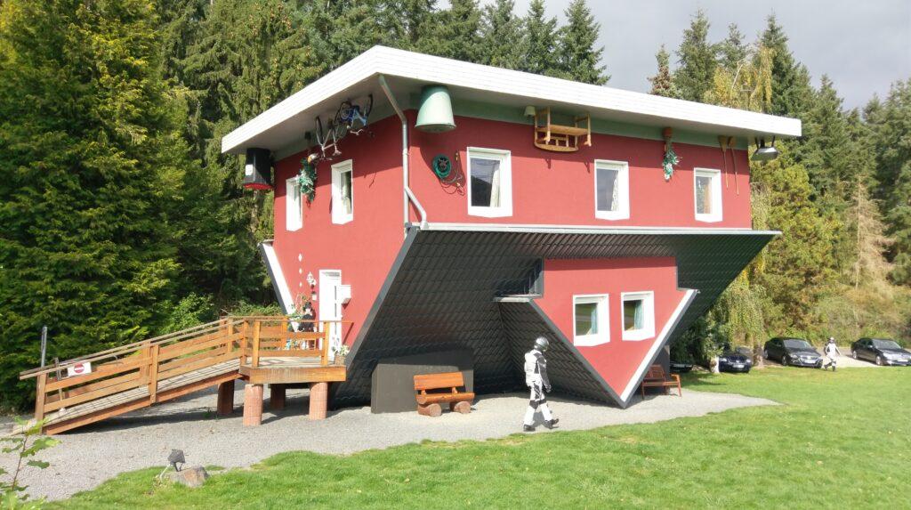 Een huis dat ondersteboven gebouwd is in Sauerland