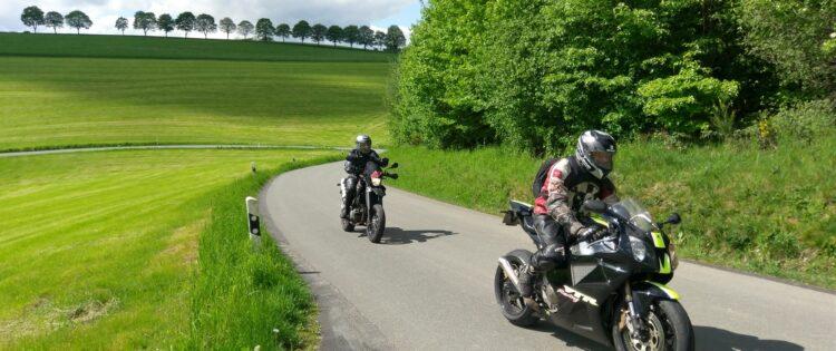 Op twee motoren door het groene hart van Sauerland in Duitsland