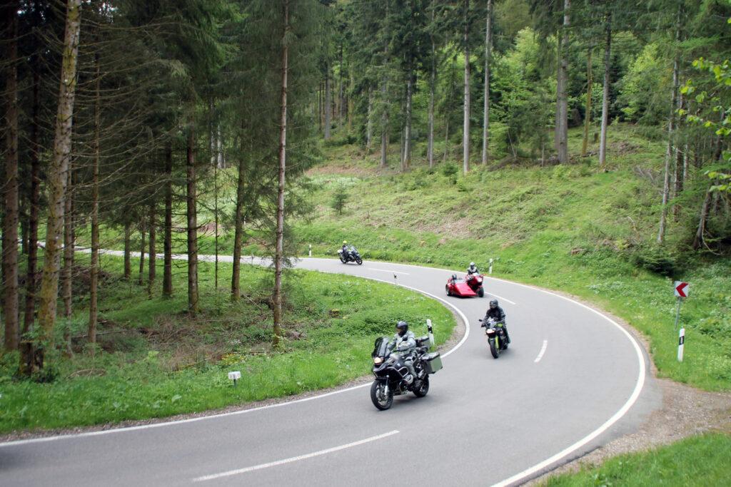 Op de motor door de haarspeldbochten van het Zwarte Woud in Duitsland