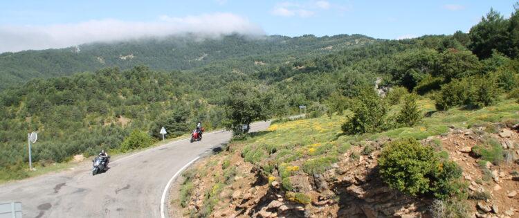 Motorrijden door de Pyreneeën in een bocht naar rechts