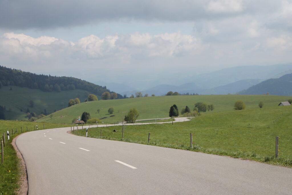 Glooiende wegen door het Zwarte Woud Duitsland