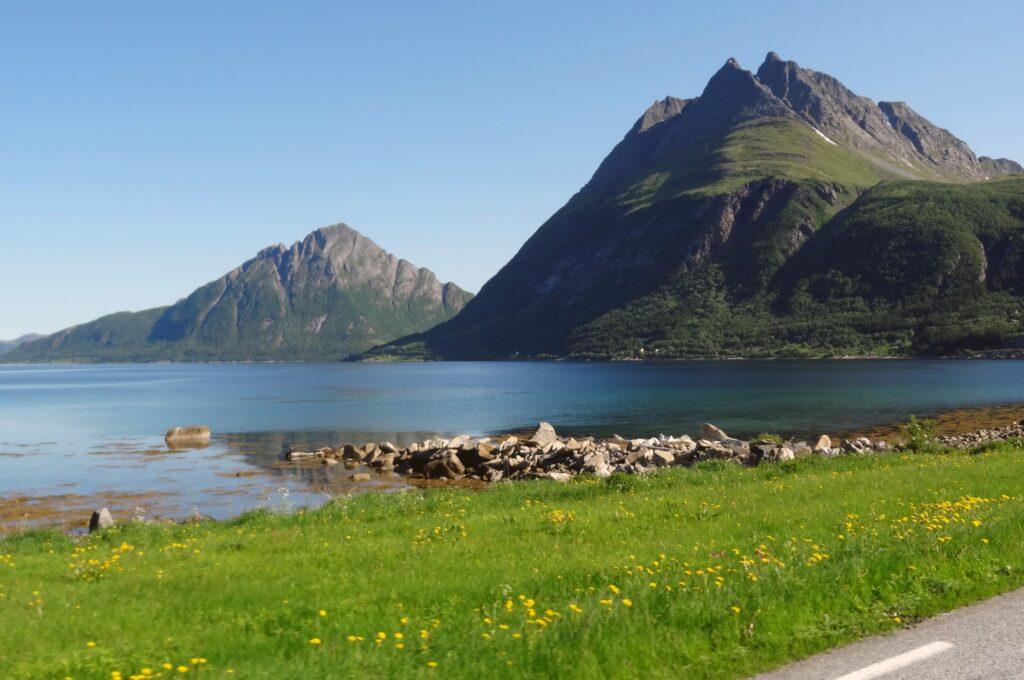 Uitzicht op bergen en een meer in de Lofoten, Noorwegen