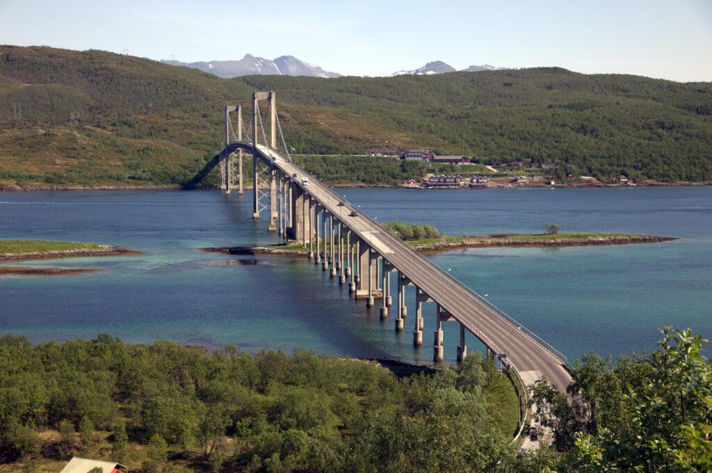 Uitzicht over een hangbrug in de Lofoten, Noorwegen