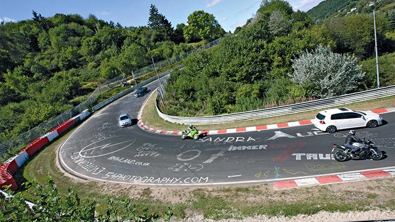 Een foto van de Neurenburg Ring waar motorrijders en automobilisten rondjes over het circuit mogen rijden