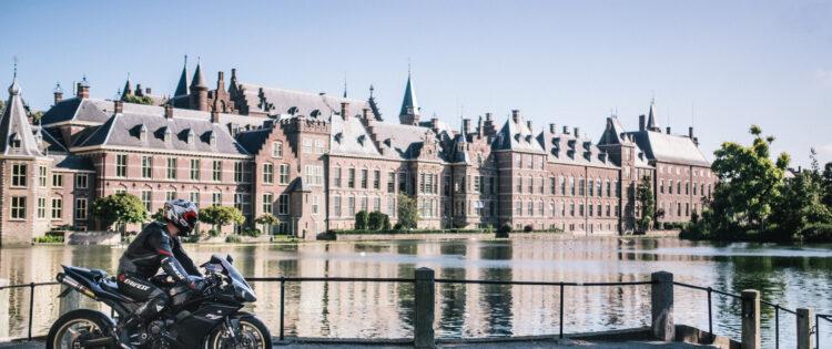 Met de motor langs het binnenhof in Den Haag