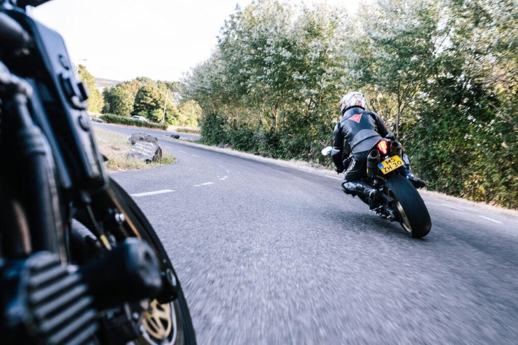 Met de motor door de bocht tijdens een motorroute in het Westland