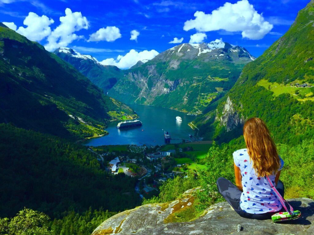 Uitzicht vanaf het hoogste punt op het Geiranger fjord in Noorwegen
