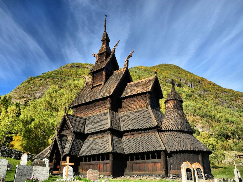Uitzicht op een mysterieuze kerk in Trollstigen, Borgund