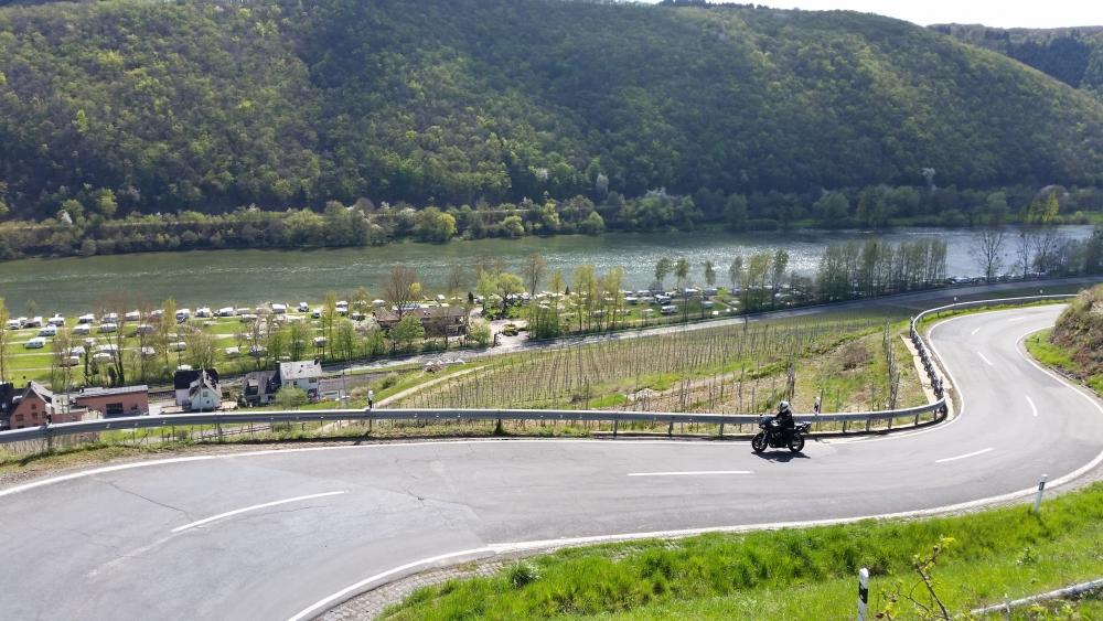 Motorrijden over de glooiende wegen in de Moezel, Duitsland