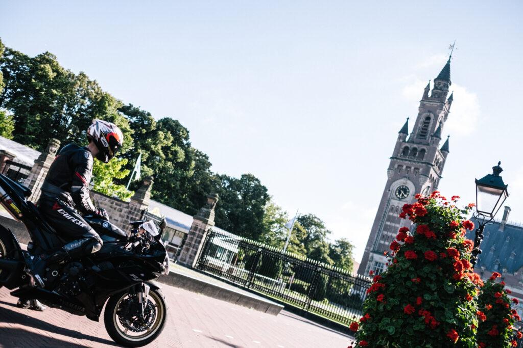 Vanaf de motor uitzicht op het Vredespaleis in Den Haag