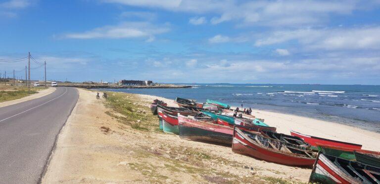 Uitzicht over de kust van Marokko waar de boten op het strand liggen