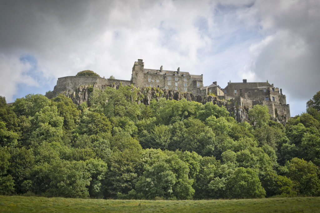 Uitzicht over een van de vele kastelen bovenop een berg in Schotland