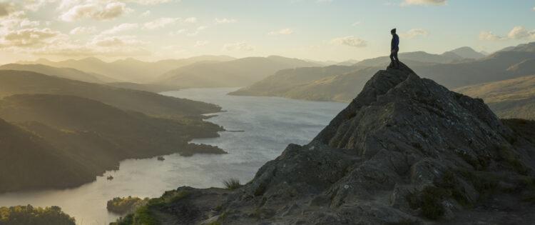 Een prachtig uitzicht over Loch Lomond vanaf een van de bergtoppen