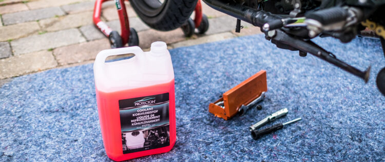motorfiets onderhoud koelvloeistof vervangen
